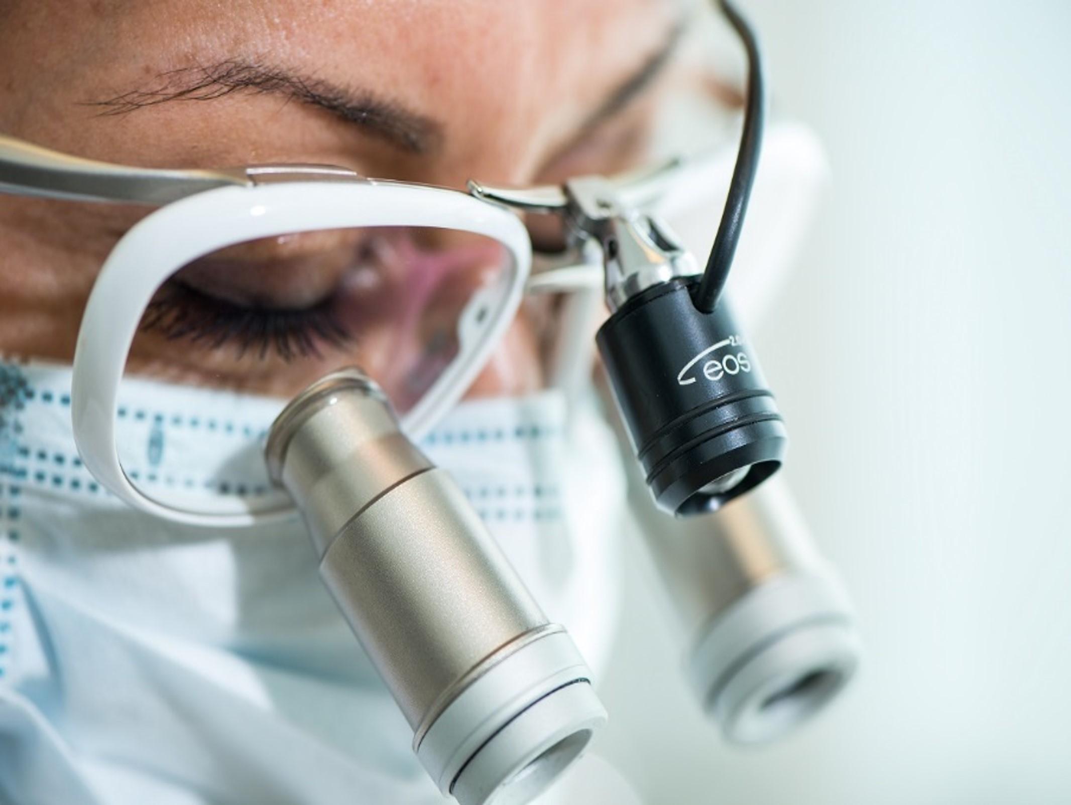 Endodontoloog met loepbril