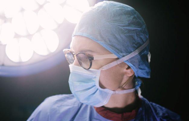 Chirurg met eigen bril