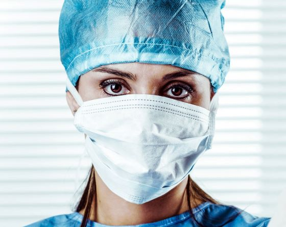 Zorgprofessional zonder oogbescherming